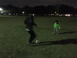 つくばの公園で夜な夜なサッカーに興ずる親子♫