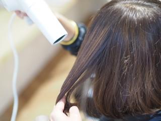 梅雨で広がる髪をまとめる 髪の乾かし方